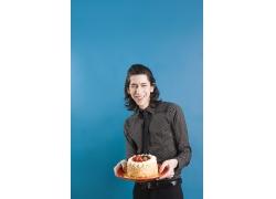 端着生日蛋糕的时尚男生