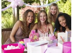 四个在生日派对上的少女