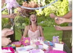 正在庆祝生日的少女