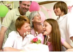 为孩子过生日的家庭