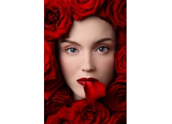 被玫瑰花包围的女人