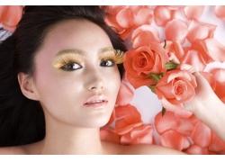 躺在玫瑰花里的女人