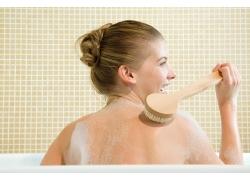 刷背的沐浴女人高清素材