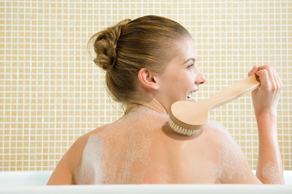 刷背的沐浴女人高清素材图片