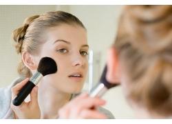 刷腮红的化妆美女高清素材