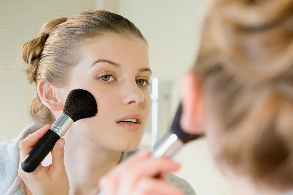 刷腮红的化妆美女高清素材图片