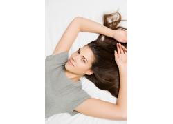躺着散开头发的美女高清素材