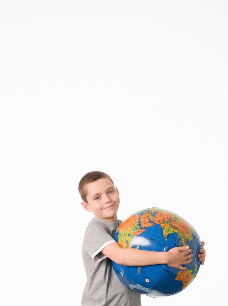 抱着地球仪的小男孩高清素材图片