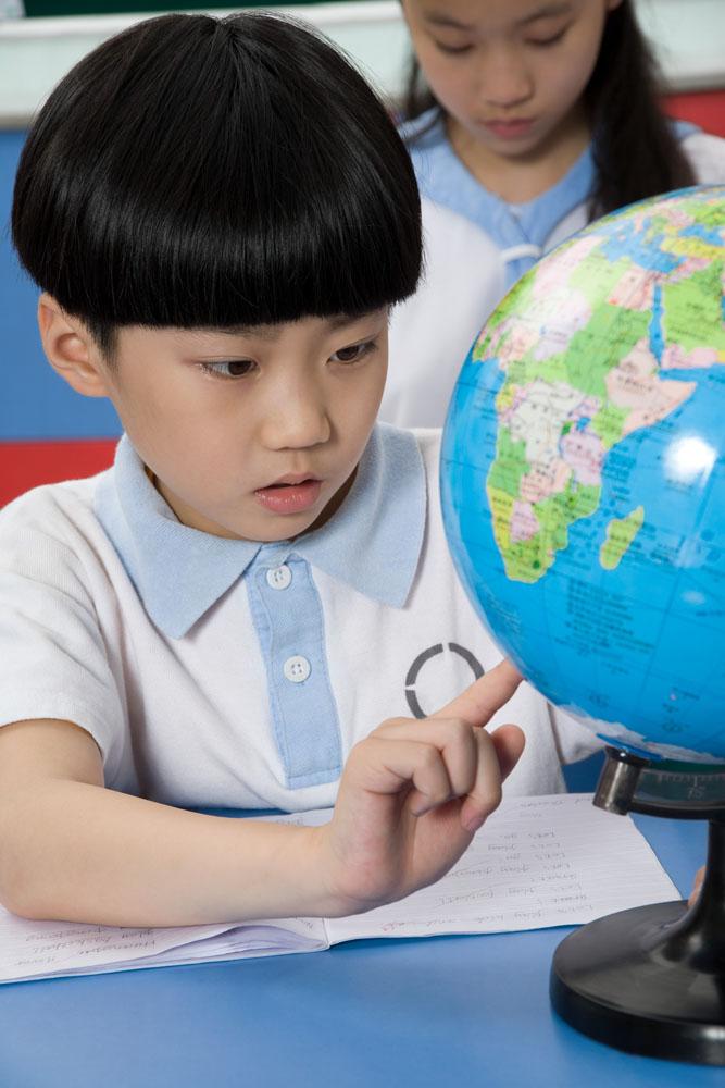 做地理作业的男孩高清素材图片