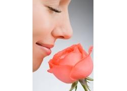 闻玫瑰花香的美女