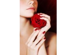 手握玫瑰花的美女