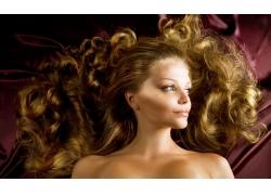 金色卷发外国美女高清人物图片