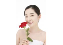 手拿着玫瑰花开心的女孩图片