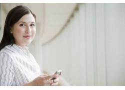 玩手机的商务美女
