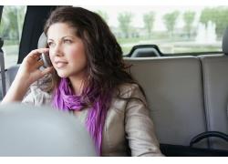 注视车外打手机商务女士