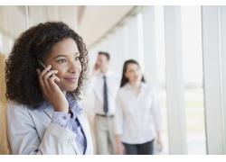 打手机谈生意非洲商务女士