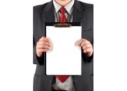 商务人士双手拿着文件夹内白纸