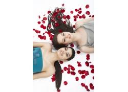 睡在玫瑰花瓣上的性感美女