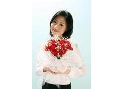 手捧玫瑰花的职业美女