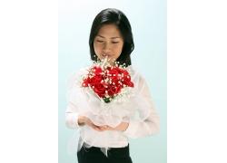 双手捧着鲜花的职业美女