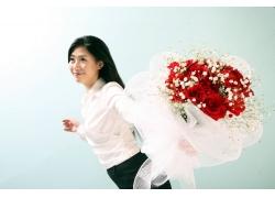 手拿鲜花的职业女性