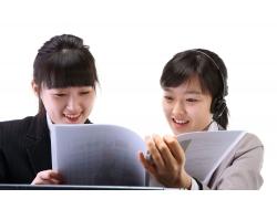 两个商务女人看着文件夹