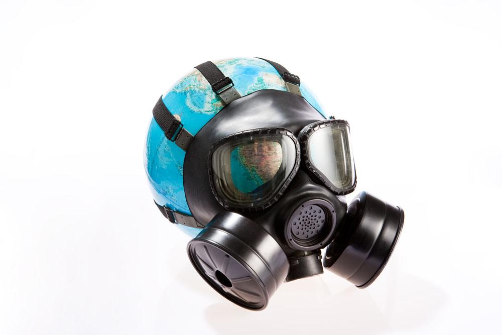 戴着防护面罩的地球高清图片图片