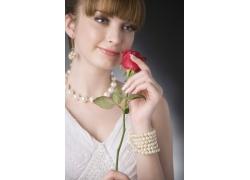 手拿玫瑰花的外国气质美女
