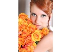 黄色玫瑰花和青春美女