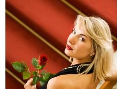 拿玫瑰花的金发美女