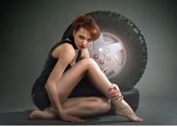 轮胎与性感美女写真摄影