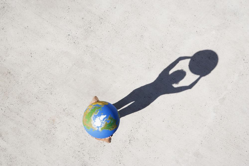 高举地球影子图片素材图片