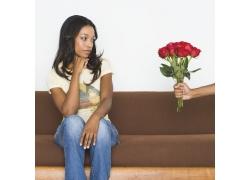 接受玫瑰花的黑人美女