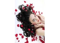 魅惑美女与玫瑰花瓣