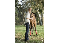 温驯的马与外国女人