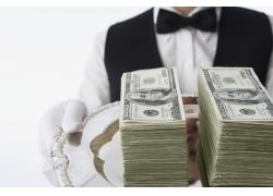 侍者端着的美元