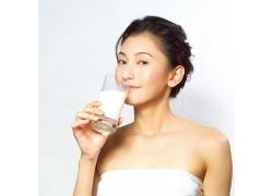 喝牛奶的美女图片