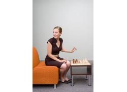 正在下象棋的女人