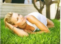 草地上的性感美女