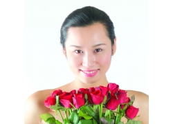 拿着玫瑰花的女孩