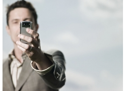 手拿手机的男人