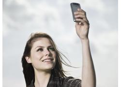 看着手机的女人