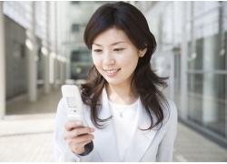 看着手机微笑的美女