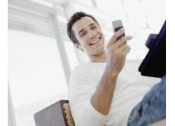 玩手机的男人