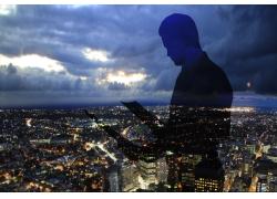 商务男士人物剪影与城市夜景