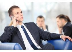 打手机的商务男士