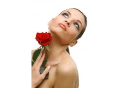 手拿玫瑰花的美女