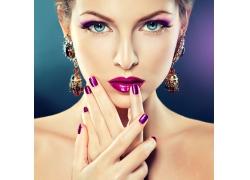 戴复古耳环的时尚彩妆美女