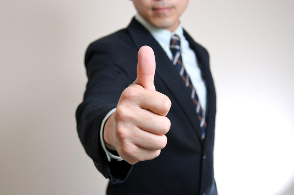 竖大拇指的商务男士图片