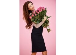 抱着玫瑰花的性感美女